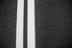 Linhas dobro brancas fundo da estrada asfaltada Foto de Stock
