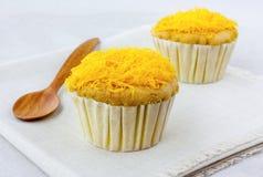 Linhas douradas no queque macio as sobremesas tailandesas Imagem de Stock Royalty Free
