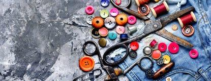 Linhas e acessórios de costura fotografia de stock