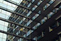 Linhas e reflexão de uma construção de vidro Fotos de Stock Royalty Free