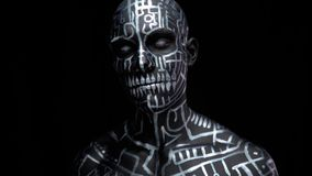 Linhas e símbolos brilhantes no corpo e na cara do homem, 4k vídeos de arquivo