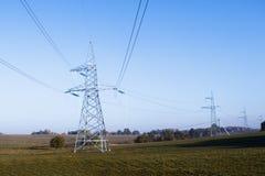 Linhas eléctricas de alta tensão a linha do horizonte é errada Estação da distribuição elétrica fotografia de stock royalty free
