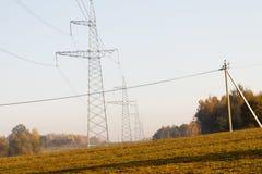 Linhas eléctricas de alta tensão a linha do horizonte é errada Estação da distribuição elétrica foto de stock royalty free