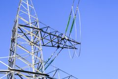 Linhas eléctricas de alta tensão a linha do horizonte é errada Estação da distribuição elétrica imagem de stock