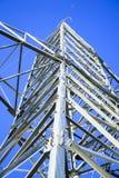 Linhas eléctricas de alta tensão a linha do horizonte é errada Estação da distribuição elétrica fotografia de stock