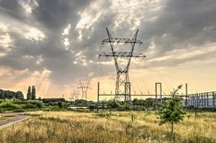 Linhas eléctricas e céu dramático Fotos de Stock Royalty Free