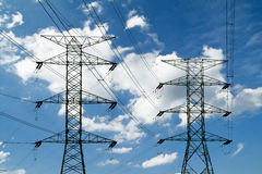 Linhas eléctricas e pilões elétricos Imagens de Stock Royalty Free