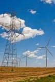 Linhas eléctricas e turbinas de vento imagem de stock royalty free