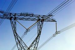 Linhas eléctricas elétricas de encontro ao céu desobstruído azul Fotos de Stock Royalty Free