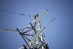 Linhas eléctricas elétricas no céu fotografia de stock