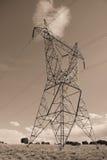 Linhas eléctricas elétricas no céu Fotografia de Stock Royalty Free