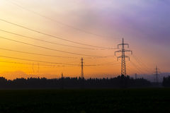 Linhas eléctricas elétricas no céu Corrente elétrica e energia alternativa Fotos de Stock