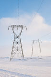 Linhas eléctricas no inverno imagem de stock
