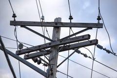 Linhas elétricas antiquadas com o céu azul fotografia de stock