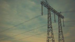 Linhas elétricas da energia no céu azul fotografia de stock
