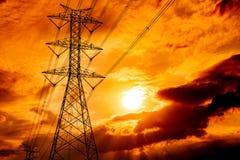 Linhas elétricas de alta tensão do polo e de transmissão Pilões da eletricidade no por do sol Poder e energia Conservação de ener foto de stock
