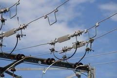 Linhas elétricas de alta tensão em um dia ensolarado Foto de Stock Royalty Free