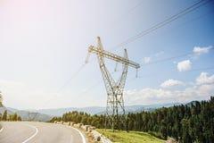 Linhas elétricas de alta tensão na montanha Foto de Stock