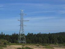Linhas elétricas de alta tensão no fundo dos céus Fotos de Stock