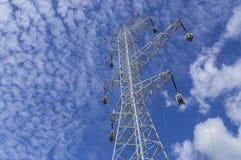 Linhas elétricas de alta tensão no fundo dos céus Fotografia de Stock Royalty Free