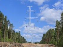 Linhas elétricas de alta tensão no fundo dos céus Fotografia de Stock