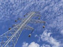 Linhas elétricas de alta tensão no fundo dos céus Imagem de Stock