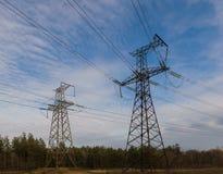 Linhas elétricas de alta tensão no por do sol Estação da distribuição da eletricidade Torre elétrica de alta tensão da transmissã fotos de stock royalty free
