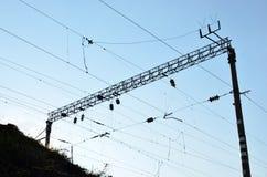 Linhas elétricas de alta tensão Um polo com fios elétricos Linhas elétricas de alta tensão imagem de stock royalty free