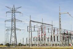 Linhas elétricas de estação elétrica Fotos de Stock
