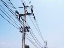 Linhas elétricas do cabo no polo da eletricidade Fotografia de Stock