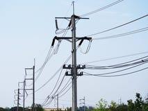 Linhas elétricas do cabo no polo da eletricidade Fotos de Stock Royalty Free