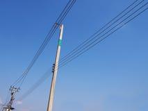 Linhas elétricas do cabo no polo da eletricidade Imagens de Stock