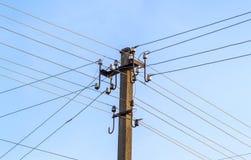 Linhas elétricas e fios bondes do polo com céu azul fotos de stock