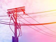 Linhas elétricas e fios bondes do polo com o céu azul com lâmpada Fotos de Stock Royalty Free