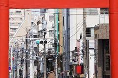 Linhas elétricas e luz de rua vista através da porta de Torii Foto de Stock Royalty Free