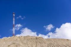 Linhas elétricas e pilão bondes contra o céu azul fotos de stock royalty free