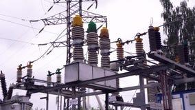 Linhas elétricas e polos elétricos Quadro Linhas de alta tensão contra o fundo de estações da distribuição elétrica fotos de stock royalty free