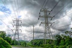 Linhas elétricas em uma área rural foto de stock