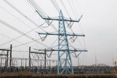 Linhas elétricas na planta da distribuição em Den Haag Wateringse Veld nos Países Baixos imagem de stock