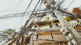 Linhas elétricas nas ruas da cidade de Boracay filipinas imagem de stock