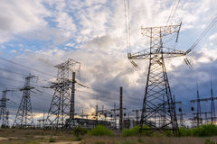 Linhas elétricas elétricas contra o céu no nascer do sol Fotografia de Stock Royalty Free