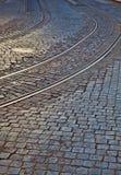 Linhas ferroviárias velhas na superfície de estrada cobbled Foto de Stock Royalty Free