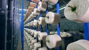 Linhas finas que enrolam em bobinas na cremalheira industrial filme