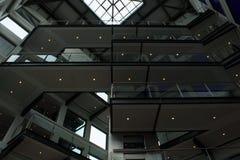 Linhas fortes em um teste padrão no design de interiores moderno fotografia de stock