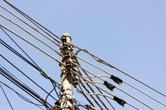 Linhas gráficas de cabos distribuidores de corrente com claro - céu azul foto de stock royalty free
