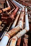 Linhas industriais envelhecidas da tubulação do grunge oxidado Fotografia de Stock