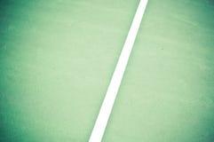 Linhas laterais da corte de tênis no verde e no Brown imagem de stock