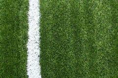 Linhas na grama verde de campo de futebol Imagens de Stock