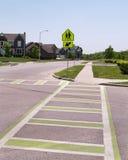 Linhas no pavimento para um cruzamento de escola Imagem de Stock