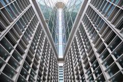 Linhas simétricas de vidro do edifício moderno Imagens de Stock Royalty Free